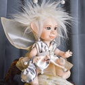 Tündér figura - Nola mozgatható porcelán baba porcelánbaba manó tündérke mesefigura aranyos cuki figura , Dekoráció, Otthon, lakberendezés, Képzőművészet, Mindenmás, Baba-és bábkészítés, Kerámia, Nola - tündérkisasszony  Nicsak! Ki ez a mazsola? Ő az édes tündérke: Nola, Virágport szór a mezőre..., Meska