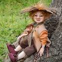 Manó figura Herold mozgatható porcelánbaba kabala porcelán figura porcelán baba kobold törp törpe vicces figura, Dekoráció, Otthon, lakberendezés, Férfiaknak, Képzőművészet, Baba-és bábkészítés, Kerámia, Herold - mindentudó manó  Fák tövében mereng Herold, ki minden gondot megold, erdő s mező lényei ké..., Meska