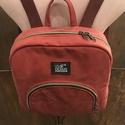Hátizsák, Táska, Hátizsák, Műbőrből készült piros színű hátizsák, mintás vászon béléssel, állítható hosszú bordó pamut pántokka..., Meska