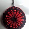 Fekete-piros  filc fülbevaló, Ékszer, Fülbevaló, Kézi varrással, hímzéssel készítettem, gyönggyel díszítettem a fülit. A kör átmérője 3..., Meska