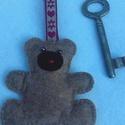 Macis kulcstartó, Mindenmás, Kulcstartó,  Filcből kézzel varrtam a macifigurát, testét vlies-zel töltöttem ki. Díszszalagra erősítet..., Meska