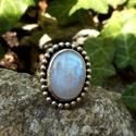 Ezüst Holdkő gyűrű, Ékszer, Gyűrű, Holdkő (Rainbow Moonstone) ezüstbe foglalva.   Ezüstékszereimet hagyományos ötvös technikával, kemén..., Meska