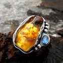 Ezüst Borostyán gyűrű, Ékszer, Gyűrű, Borostyán ás Kianit ezüstbe foglalva.   Ezüstékszereimet hagyományos ötvös technikával, keményforras..., Meska