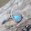 Ezüst Holdkő medál, Holdkő (Rainbow Moonstone) ezüstbe foglalva.  Ez...