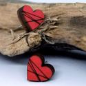 Szív alakú fa fülbevaló, Ékszer, Fülbevaló, 1cm-es szív alakú fa fülbevaló, bármilyen színben illetve egyedi felirattal is elkészítjük., Meska