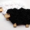 Fűzhető fekete bárány húsvétra , Játék, Húsvéti díszek, Készségfejlesztő játék, Famegmunkálás, 10cm x 16 cm- es 3mm vastag fából 10m csillámos zsenilia fonallal A gyerekek könnyen kifűzhetik, ez..., Meska