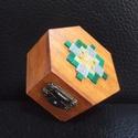 Mozaikdíszes dobozka, Otthon, lakberendezés, Dekoráció, Tárolóeszköz, Doboz, Mozaik, 7 cm széles, 4 cm magas kicsi díszdoboz., Meska