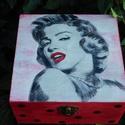 Marilyn Monroe dobozka , Dekoráció, Mindenmás, Otthon, lakberendezés, Tárolóeszköz, Decoupage, transzfer és szalvétatechnika, Festészet, Festett fa dobozka vidám Marilyn_Monroe mintával.15x15x6 cm es mérettel.A dobozka a lakkrétegnek kö..., Meska