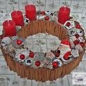 Adventi koszorú fahéjjal, porcelán mikulással, Dekoráció, Ünnepi dekoráció, Karácsonyi, adventi apróságok, Karácsonyi dekoráció, Virágkötés, 25 cm-es koszorú alapot körberagasztottam fahéj rudakkal, majd piros adventi gyertyákkal, porcelán ..., Meska