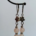 rózsakvarc és virág , Ékszer, Fülbevaló, A fülbevaló rózsakvarc gyöngy felhasználásával készült. Hossza: 6 cm , Meska
