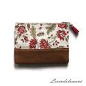 Piros virágmintás műbőrrel kombinált pénztárca, Ez a kis praktikus pénztárca egyszerű de nagysz...