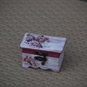 Ékszertató dobozka , Otthon, lakberendezés, Tárolóeszköz, Doboz, Decoupage, transzfer és szalvétatechnika, Festett tárgyak, A parányi  doboz  vintage stílusban készült. Belül és részben kívül is bíbor színnel festettem. A k..., Meska