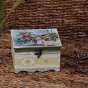 Vintage doboz, Otthon, lakberendezés, Tárolóeszköz, Doboz, Decoupage, transzfer és szalvétatechnika, Festett tárgyak, A szép (lábas) formájú doboz alapszíne mohazöld,  amit viaszolás után részben fehérrel festettem át..., Meska