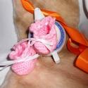 Rózsaszínű babacipellő - Egyedi kézműves horgolás, Baba-mama-gyerek, Ruha, divat, cipő, Gyerekruha, Baba (0-1év), Egyedi kézműves horgolás bababarát 100 % acryl fonalból, 30 C-on mosható,   méret: 0-1 éves...., Meska