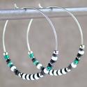 Gyöngyös karika fülbevaló / Fehér és türkiz fülbevaló / Nemesacél fülbevaló gyöngyökkel / Üvegyöngyös fülbevaló, Polírozott, ezüstszínű nemesacélból (316L) k...