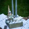 Karácsonyi asztali dísz, Dekoráció, Karácsonyi, adventi apróságok, Otthon, lakberendezés, Ünnepi dekoráció, Asztaldísz, Mindenmás, Virágkötés, 15x15 cm -es antik szürke fa dobozkába készítettem ezt a karávsonyi asztaldíszt. 2db szürke gyertya..., Meska