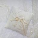 Csipkés-gyöngyös gyűrűpárna, Esküvő, Gyűrűpárna, Varrás, Ez a párna egy igazán exkluzív darab. :)  Hímzett gyöngyös csipke csoda díszíti. (Toszkánából hoztá..., Meska