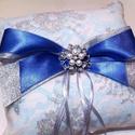 Csipkés masnis ezüst-fehér-kék gyűrűpárna, Esküvő, Gyűrűpárna, Elegáns színekben, finom anyagokból készült ez a masnis csipkés gyűrűpárna. Alapul egy matt..., Meska