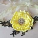 """""""Napsütés"""" nagy virágos csipkés alkalmi öv, derék dísz, Esküvő, Ruha, divat, cipő, Hajdísz, ruhadísz, Virágkötés, Varrás, Hatalmas selyem virágot készítettem, citromsárgára festett textilből. Saját terv alapján készítette..., Meska"""