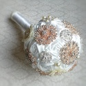 """""""Fehér rózsa"""" ékszer csokor, Bross csokor, textil csokor, Esküvő, Esküvői csokor, Varrás, Virágkötés, Rengeteg törtfehér csavart rózsát rögzítették fel az alap gömb formára, és ezt az alapot ékesítette..., Meska"""