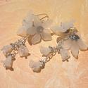 Hófehér fagyos liliom lógós fülbevaló, Esküvő, Ékszer, Esküvői ékszer, Fülbevaló, Ebben a melegben kicsit jól esik a jégre gondolni :) ezek a fagyos hatású akril kis virágok tal..., Meska