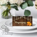 Esküvői ültetőkártya, party kártya, Esküvői ültető, pajta esküvő, fa, őszi, ősz, őszi levél, fényfűzér, fa háttér, Esküvő, Naptár, képeslap, album, Meghívó, ültetőkártya, köszönőajándék, Esküvői dekoráció, Igényes, sátras, két oladalas asztali ültetőkártya  MÉRETE összehajtva: kb: 4.5x9.2cm  * SZERKESZTÉS..., Meska