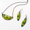 Zöld muránói üveggel díszített tűzzománc nyaklánc és fülbevaló, világos zöld ékszerszett, Ékszer, Ékszerszett, Ékszerkészítés, Tűzzománc, Zöld színű, muránói millefiori üveggel díszített egyedi kézzelkészült tűzzománc nyaklánc és fülbeva..., Meska