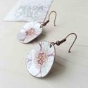 Fehér - rózsaszín virág anemona tűzzománc lógós kerek fülbevaló kézzel festett, Ékszer, Fülbevaló, Stilizált virágot mintázó sorozatom fehér - rózsaszín színű darabja. A vörösréz alapot magam fűrésze..., Meska