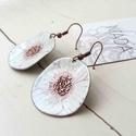 Fehér - rózsaszín virág anemona tűzzománc lógós kerek fülbevaló kézzel festett, Ékszer, óra, Fülbevaló, Fémmegmunkálás, Tűzzománc, Stilizált virágot mintázó sorozatom fehér - rózsaszín színű darabja. A vörösréz alapot magam fűrész..., Meska
