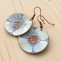 fehér - kék anemona pipacs virág tűzzománc fülbeavló fehér fülbevaló tűzzománc pipacs, Ékszer, Ékszerszett, Fülbevaló, Medál, Fémmegmunkálás, Tűzzománc, Stilizált pipacs virágot mintázó sorozatom fehér - kék színű darabja. A fülbevaló 3 cm átmérőjű és ..., Meska