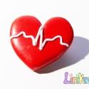 EKG-görbe szív kitűző, Ékszer, Fülbevaló, Orvosoknak és egészségügyi dolgozóknak remek ajándék. Hőre keményedő gyurmából készült. Legszélesebb..., Meska