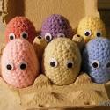 Horgolt hímes tojáscsalád, Dekoráció, Játék, Készségfejlesztő játék, Plüssállat, rongyjáték, Horgolás, Baba-és bábkészítés, A készlet 6 tojást és 1 tojásdobozt tartalmaz.  A tojások magassága kb. 6,5 cm.  Színek: sárga, róz..., Meska