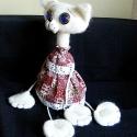 Kékszemű macska, Dekoráció, Játék, Játékfigura, Plüssállat, rongyjáték, Baba-és bábkészítés, Varrás, Anyaga: teste - mohair szövet (80 % gyapjú), vatelin. Ruha -  pamutvászon, pamutcsipke. Lábak - pam..., Meska