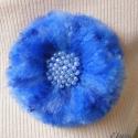 Pihe-puha búzavirág  kitűző (bross), Ékszer, óra, Bross, kitűző, Gyöngyfűzés, Horgolás, Anyaga - színátmenetes kék akrilfonal, gyöngyök, kitűző alap.  Átmérője kb. 9 cm.  , Meska