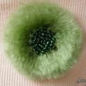 Pihe-puha zöld kitűző (bross), Ékszer, óra, Bross, kitűző, Gyöngyfűzés, Horgolás, Anyaga - világoszöld akrilfonal, gyöngyök, kitűző alap.  Átmérője kb. 9 cm.  , Meska