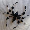 Pók fekete színben (kitűző, bross), Ékszer, óra, Bross, kitűző, Medál, Gyöngyfűzés, Anyaga-gyöngyök, drót, kitűzőalap.  Mérete - 9 x 10 cm  Mivel a bross drót alapon készült, így tets..., Meska