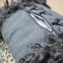 'Szürkében'  Kézmelegítő (muff), Táska, Ruha, divat, cipő, Kendő, sál, sapka, kesztyű, Kesztyű, Varrás, -szélein szürke rackás műszőrme -méret: 22x26cm -pánt hossz: 120cm ezüst színű fémlánc -az elején z..., Meska