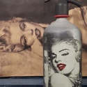 Marilyn Monroe szódásüveg, Dekoráció, Otthon, lakberendezés, Asztaldísz, Decoupage, transzfer és szalvétatechnika, Festett tárgyak, Krétafestékkel festett, decoupage technikával díszített, matt lakkal kezelt szódásüveg dekorációs c..., Meska