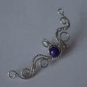 Fülgyűrű lila gyönggyel, A fülgyűrű ezüst színű drótból készült. ...