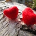 Piros nemez szívecskés fülbevaló, Ékszer, óra, Fülbevaló, Ékszerkészítés, Nemezelés, Pici piros szívecske alakú nemezelt fülbevaló, kiválóan alkalmas a szerelmünknek bármilyen alkalomr..., Meska