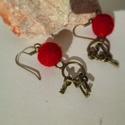 Piros nemez golyós fülbevaló fém kulcscsomóval, Ékszer, óra, Fülbevaló, Ékszerkészítés, Nemezelés, Pici gömb alakú alakú nemezelt fülbevaló, fém kulcscsomóval díszítve.   A fülbevaló egyedi, kézzel ..., Meska