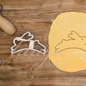 """""""Nyuszi hopp!"""" - ugró nyúl, nyuszi körvonal süteménykiszúró, Húsvéti sütemény linzer keksz kiszúró forma, Húsvéti díszek, Mindenmás, Mézeskalácssütés, Húsvétra készült szökkenő nyuszi alakú sütemény kiszúró / szaggató forma, amely kb. 6 cm magas és 9..., Meska"""