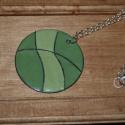 Kerek zöld medál, Ékszer, Medál, Vörösréz lemez alapon rekeszelt zománc. A zöld két árnyalata. Ezüst színű láncon. A medá..., Meska
