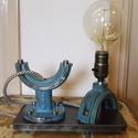 Kék ipari, loft asztali lámpa pillangószelepből vas talppal, Férfiaknak, Otthon, lakberendezés, Legénylakás, Lámpa, Fémmegmunkálás, Újrahasznosított alapanyagból készült termékek, Ez az asztali lámpa egy régi pillangószelepből készül, a talp egy vastag vaslap. Rozsdamentes csava..., Meska