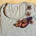Színes rigó, Ruha, divat, cipő, Női ruha, Felsőrész, póló, Mindenmás, Élénk színű virágos-madaras póló.  Általam rajzolt, egyedi tervezésű minta, melyet a számítógépbe b..., Meska
