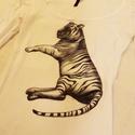 Fekvő tigris, Ruha, divat, cipő, Női ruha, Felsőrész, póló, Mindenmás, Fekete-fehér fekvő tigrises póló.  Általam rajzolt, egyedi tervezésű minta, melyet a számítógépbe b..., Meska