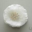 Kis rózsa  menyasszonyi fejdísz, Esküvő, Hajdísz, ruhadísz, A hajdísz a következő anyagokból készült:  *hófehér minőségi selyemszirom *színjátszó ékköves bibe *..., Meska