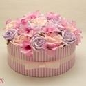 Egyedi rózsaszín rózsadoboz - virág box virágdoboz, Dekoráció, Otthon, lakberendezés, Ünnepi dekoráció, Tárolóeszköz, Virágkötés, Halvány rózsaszín és halványlila habrózsákkal, valamint pink hortenziákkal díszített kerek ajándék ..., Meska