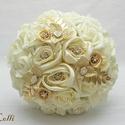 Arany - ekrü ékszercsokor, Esküvő, Esküvői csokor, Virágkötés, Ekrü habrózsákból, puha szatén rózsákkal, valamint csillogó ékkövekkel és arany díszekkel kötöttem ..., Meska