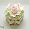 Egyedi virágdoboz - virág box, Esküvő, Otthon, lakberendezés, Esküvői dekoráció, Asztaldísz, Halvány rózsaszín orchideákkal, ekrü habrózsákkal, és egy nagy rózsaszín selyem rózsával díszített h..., Meska